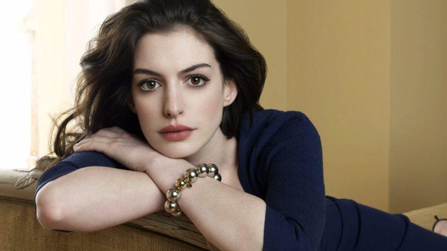 Anne Hathaway lamenta não ter confiado em diretora de 'One Day' por ser uma mulher