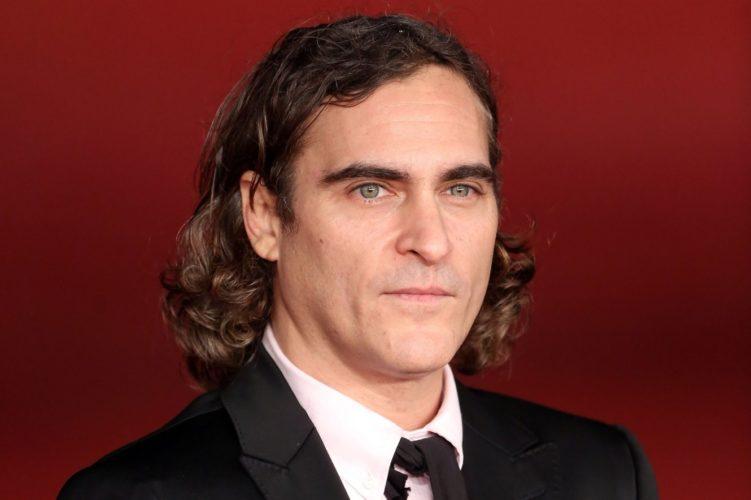 Rumor | Joaquim Phoenix está sendo cotado para ser o vilão Coringa em filme solo